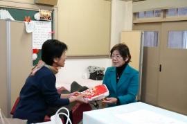 橋本会長よりデジタルカメラを贈呈