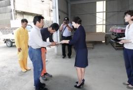 黄ニラとパクチー生産者に長野会長より支援金の贈呈