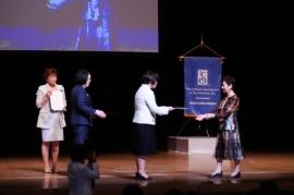 スリーメンバー賞の表彰を受ける上杉メンバーシップ委員長