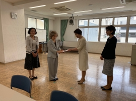 高田代表理事に寄付金を贈呈する長野会長