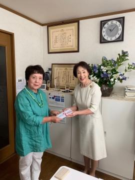 NPO法人さんかくナビ貝原己代子理事長に寄付金を贈呈する長野会長