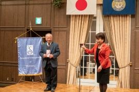 例会において SI岡山会長、ジュニアオーケストラ事務局長に寄付贈呈