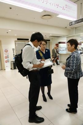 中央が山陽新聞の記者の質問に答える会長