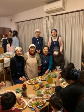 参加したSI岡山会員、スタッフ、食事するこどもたち