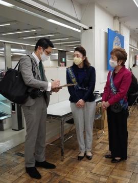 山陽新聞社の記者の取材を受ける逢沢会長と垪和副会長