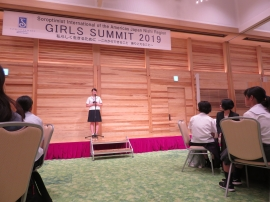 政木悠布さんがガバナー賞受賞のお礼を述べる